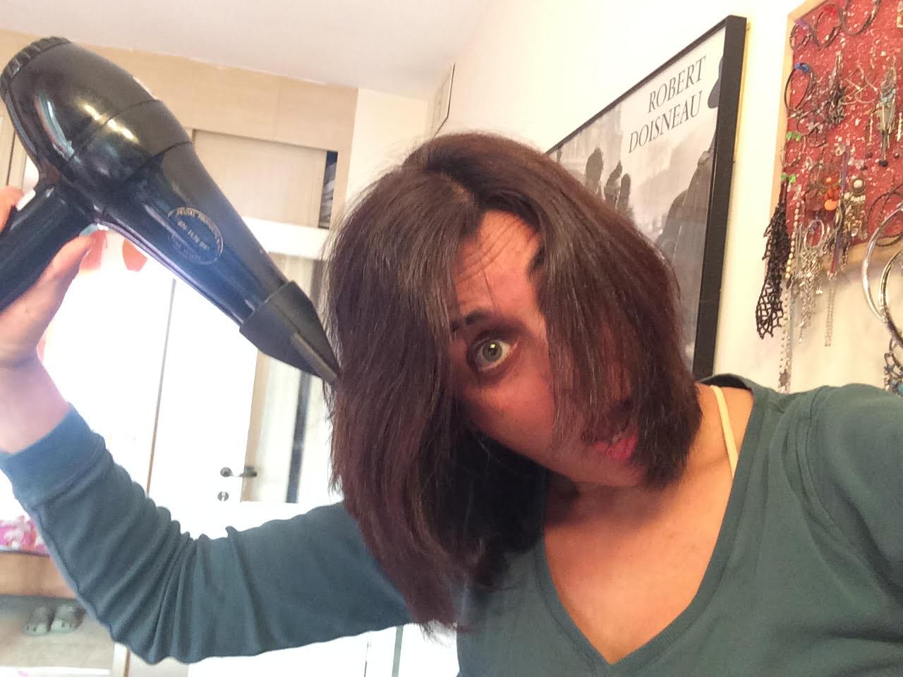 איילת עושה לעצמה פן לשיער