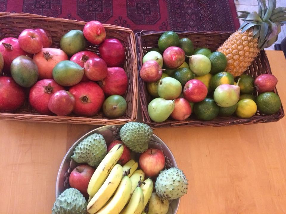 סלסלות מלאות בפירות העונה על השולחן בסלון