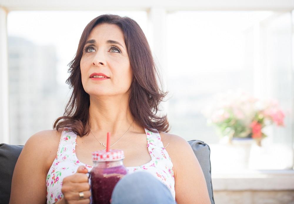 איילת רוזנפלד עם כוס שייק אדום
