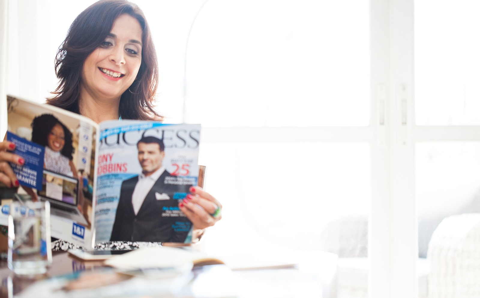 איילת מחזיקה מגזין של סאקסס וקוראת