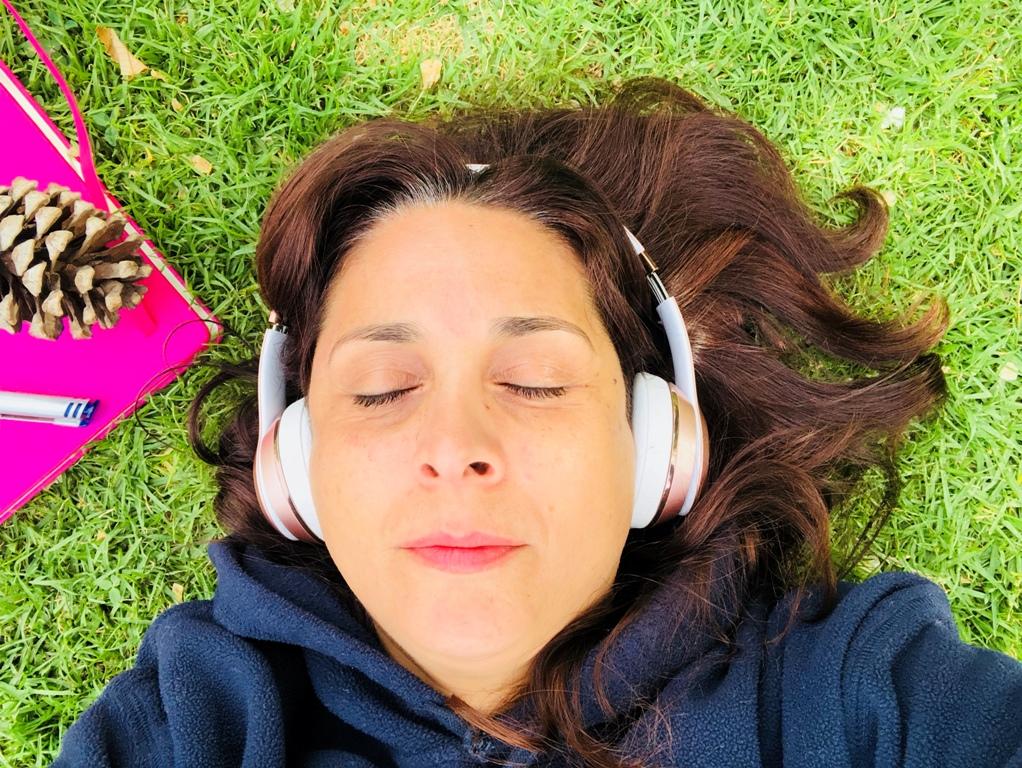 איילת שוכבת על הדשא, עיניים עצומות, על האוזניים אוזניות